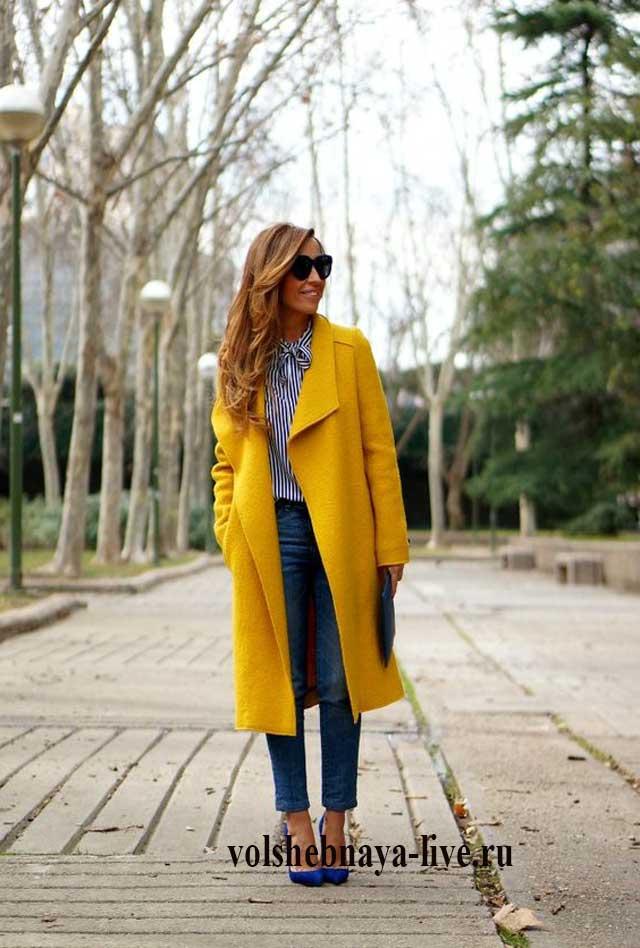 Горчичное пальто с синими туфлями