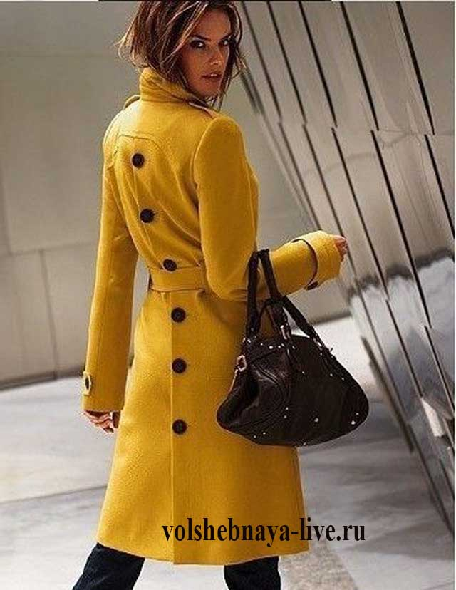 Женское пальто с пуговицами на спине