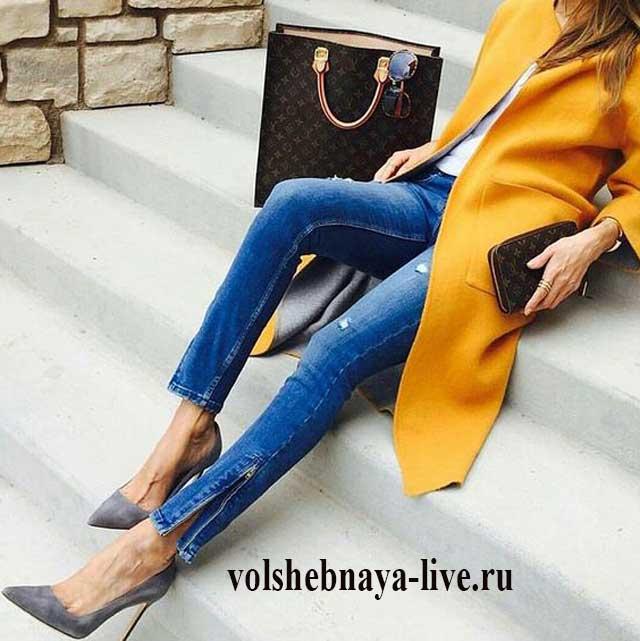 Узкие джинсы и серые лодочки под горчичное пальто