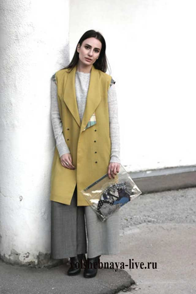 Горчичное пальто без рукавов