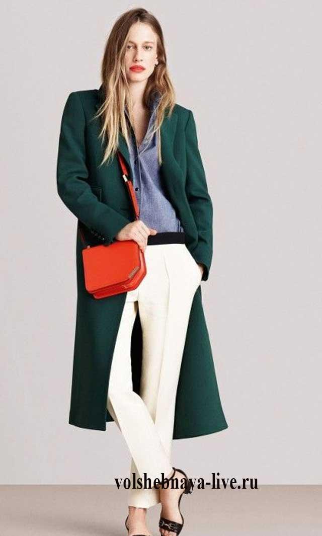 Зеленое пальто с белыми брюками