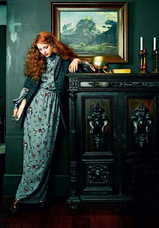 Образ с платьем в пол и изумрудным пальто