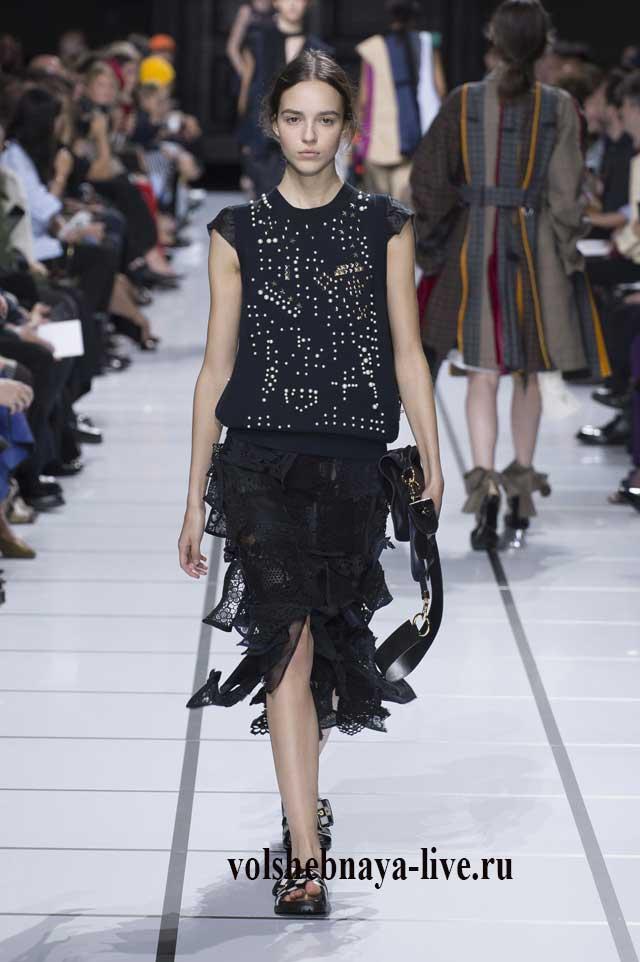Черная юбка из кружева модели карандаш