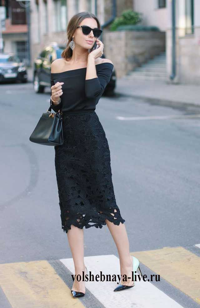 Блузка с открытыми плечами с черной кружевной юбкой карандаш