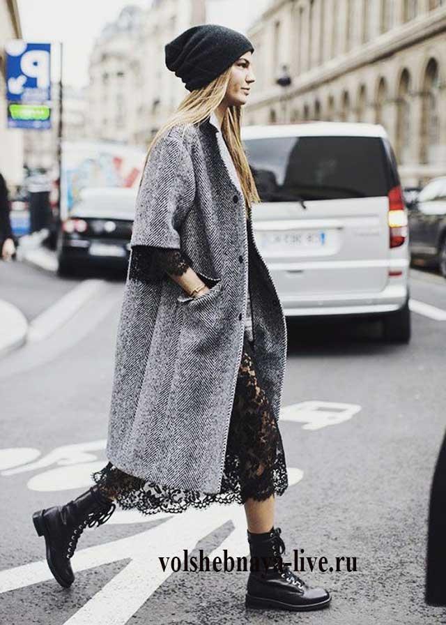 Серое пальто в луке с кружевной юбкой