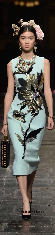 Платье футляр ментолового цвета с вышивкой