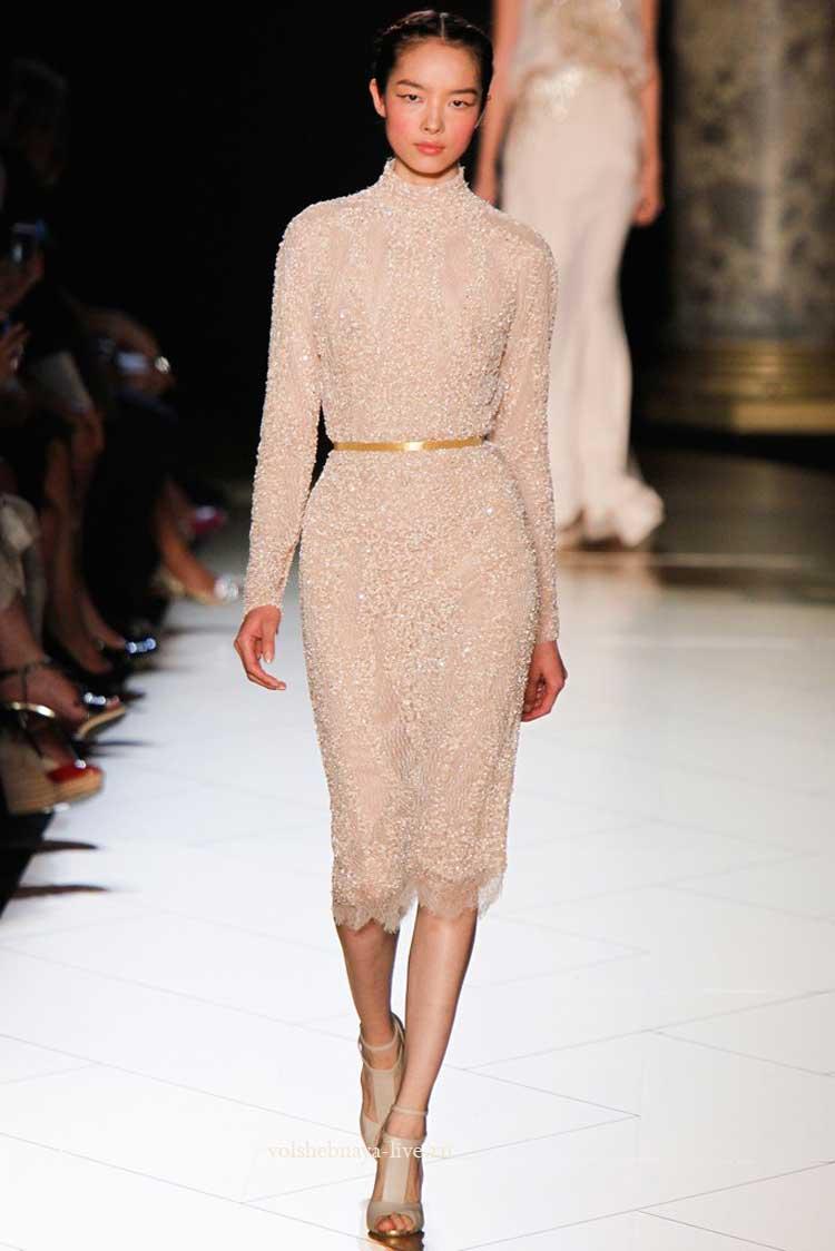 Платье из бежевых пайеток
