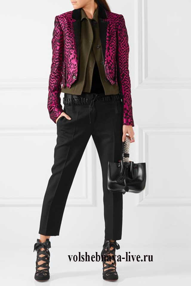 Малиновый пиджак плюс брюки хаки