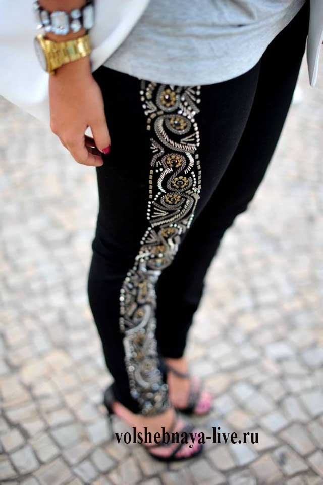 Черные джинсы с лампасами из пайеток