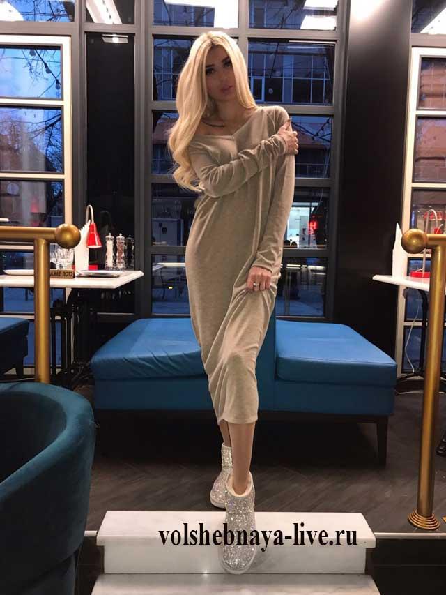 Длинное платье с оголенными плечами