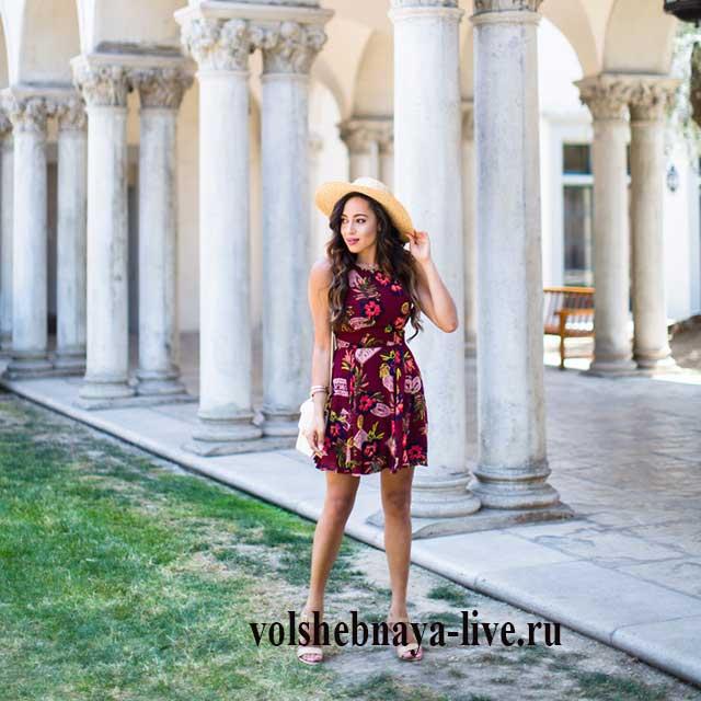 Бордовое платье с цветочным принтом