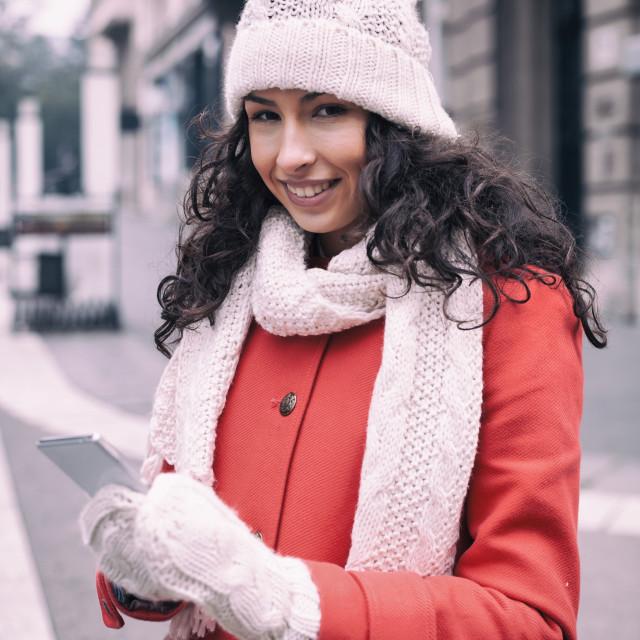 белая шапка с красным пальто