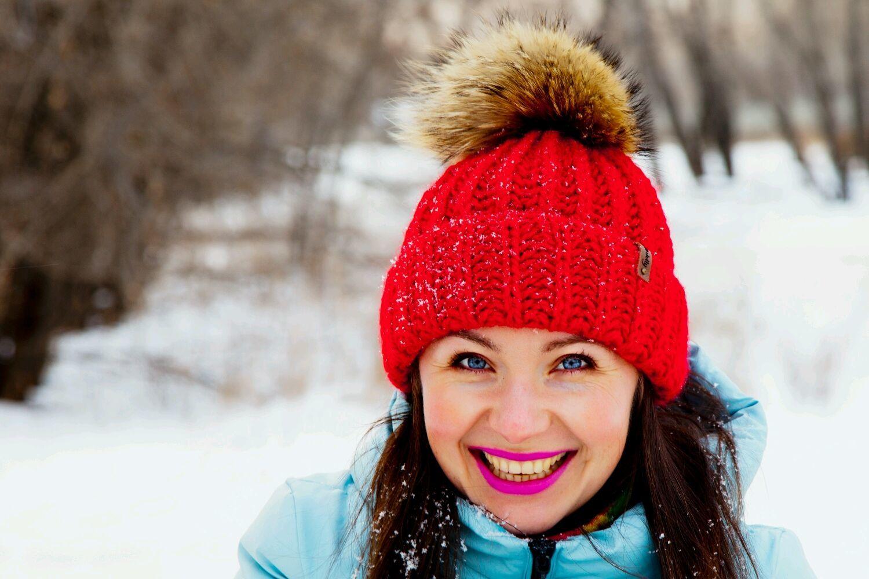 женские веселые зимние шапочки с помпоном