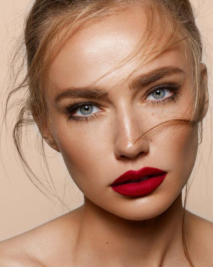 яркая помада бледный макияж