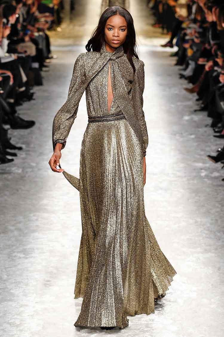 Стильное макси платье золотое