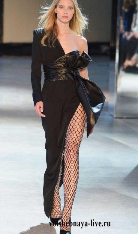 Черное платье с широким кожаным поясом-бант и разрезом.