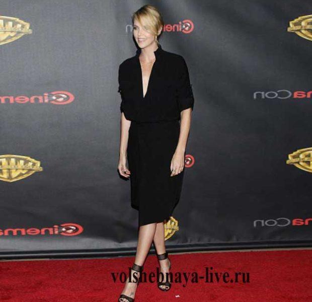 Charlize Theron в черном платье миди.