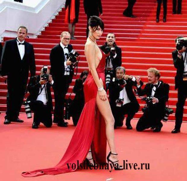 Bella Hadid в красном платье от Александра