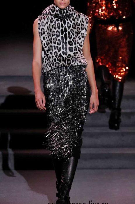 Сочетание юбки с блестками и леопардовой блузки в серых тонах