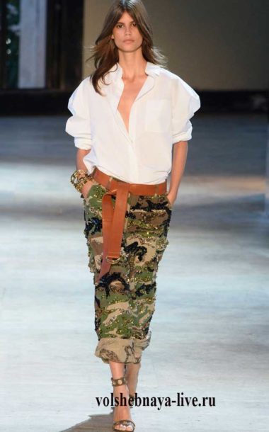 Свободного кроя женские брюки в стиле милитари в сочетании с белой блузой.