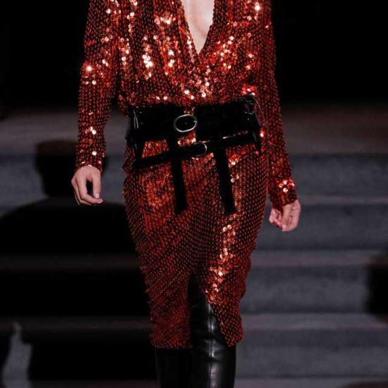 Платье красного цвета, фасона футляр в крупную пайетку