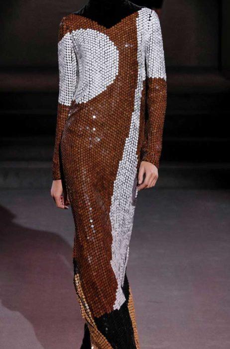 Платье из пайеточной ткани в стиле волор-блок