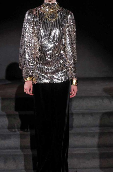 Комплект от Tom Ford состоит из бархатной юбки и блузона из пайеток