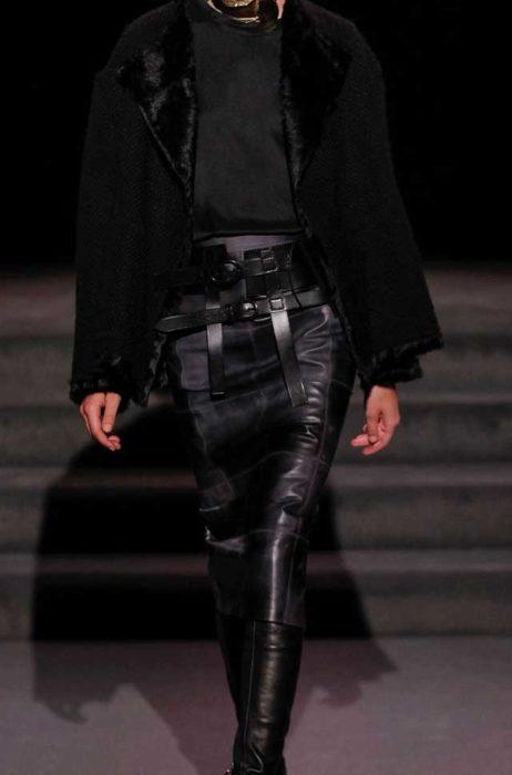 Стильная юбка карандаш из кожи и черная дубленка