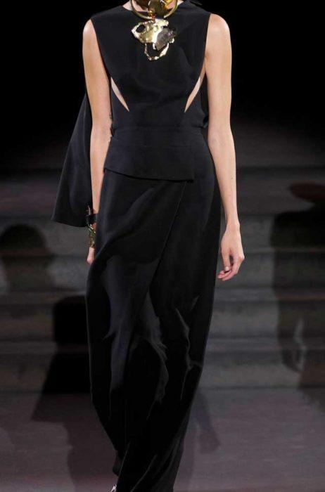 Черное платье с крупными золотыми украшениями, от Форд