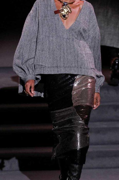 Образ с юбкой футляр в пайетках и сером джемпере Том Форд
