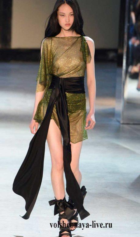 Прозрачное мини платье защитного цвета, тали выделена широким поясом кушаком