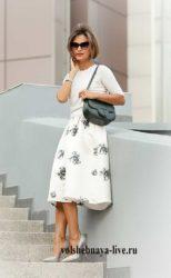 Белая юбка миди в серых цветах под туфли