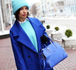 Образ с синим пальто и голубым свитером