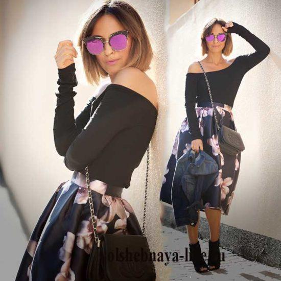 Блузка с открытыми плечами и атласная юбка в цветах
