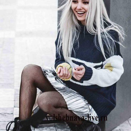 Серебристая мини юбка плиссе под свитер оверсайз