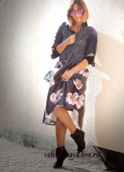 Образ с джинсовым пиджаком и юбкой миди в цветах