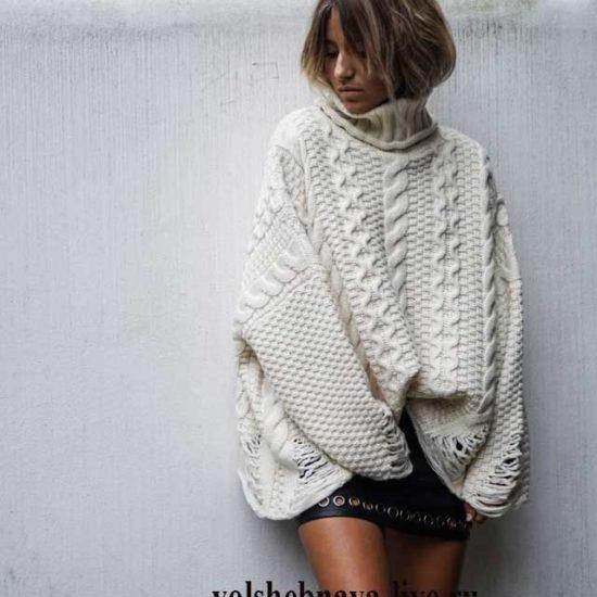 Белый свитер оверсайз с кожаной юбкой