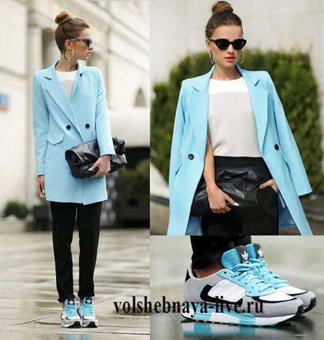 Двубортный голубой пиджак под кроссовки