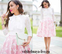 Сочетание белой кружевной блузки и розовой юбки с цветами