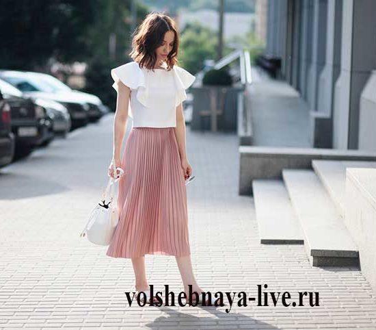 Нежный образ с плиссированной юбкой пудрового цвета