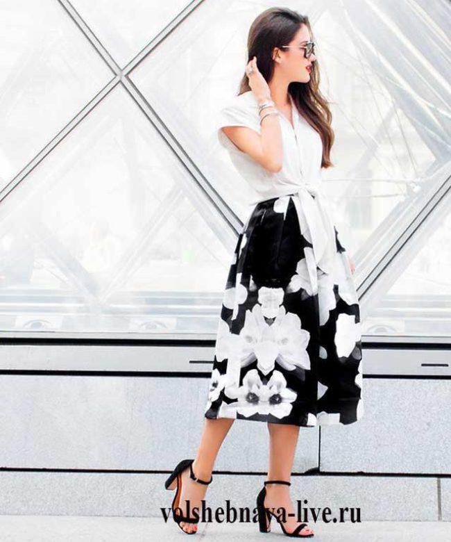 С чем носить летнюю черно- белую юбку с цветами