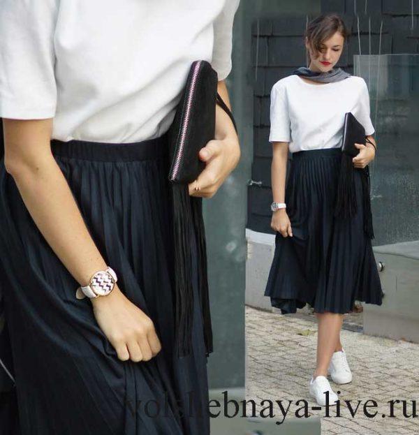 Образ с черной плиссированной юбкой миди и кроссовками