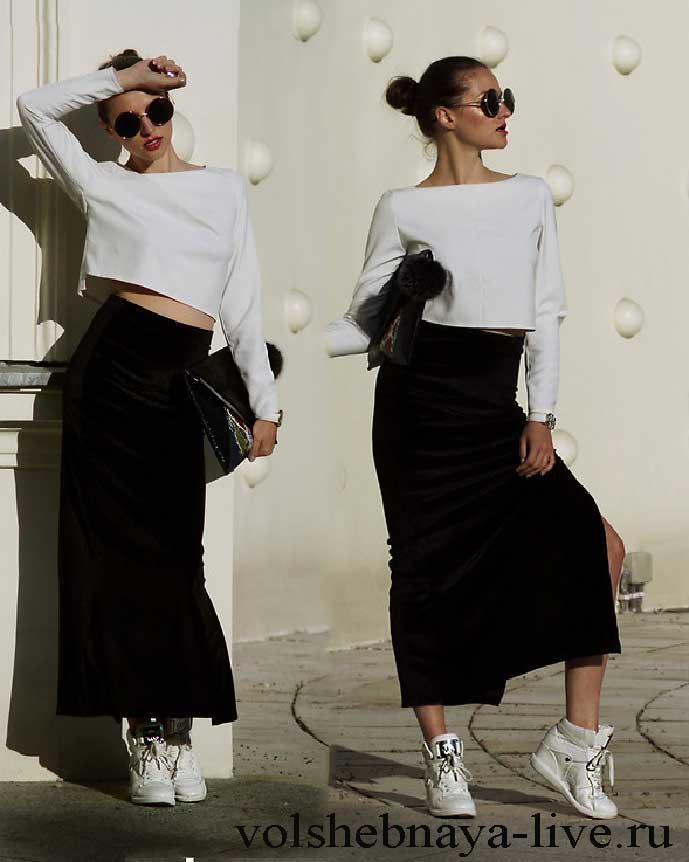 2b7ebe75c44 Образ с черной юбкой с разрезом из бархата и белыми кроссовками ...