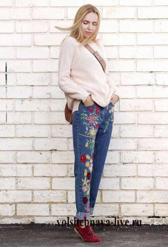 Бежевый свитер и замшевые бордовые туфли в образе с вышитыми джинсами
