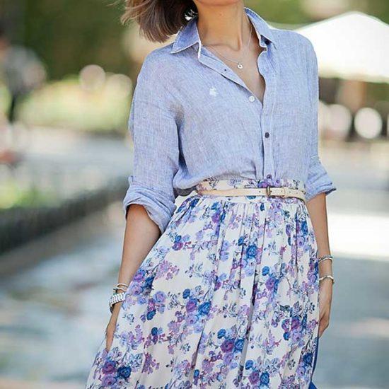 Джинсовая рубашка под пышную юбку в цветах