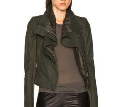 Стильный кежуал образ с кожаными брюками и пиджаком цвета хаки