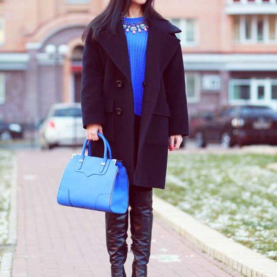 Образ с черным пальто и синим свитером и голубой сумкой