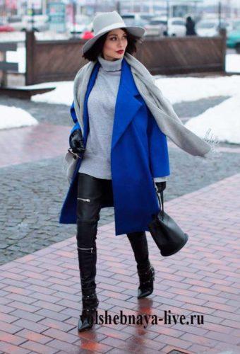 Образ с синим пальто и шляпой серого цвета