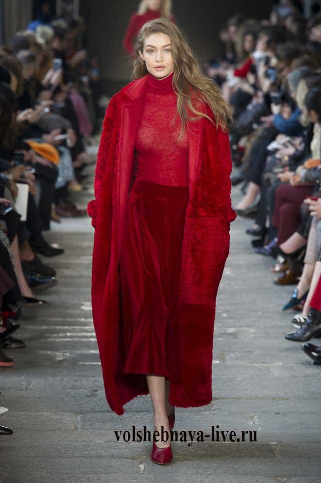 бархатные брюки рубинового цвета и пальто в тон max-mara