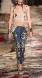 Бежевая куртка с вышивкой из кожи и джинсы с цветочным рисунком Alexander McQueen весна-лето 2017